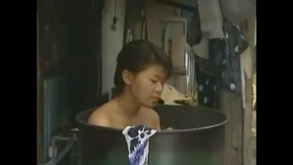 田舎にて、三十路の夫婦のバック無料jyukujyo動画。ドラム缶風呂で汗を流し綺麗にすると部屋の布団に戻り真昼間から体を重ねる田舎の熟年夫婦!